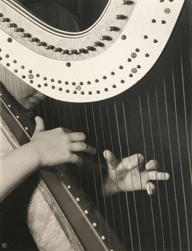 galerie-ahlers-fotografie-ilse-bing-Harpist-child
