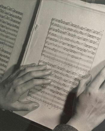 galerie-ahlers-fotografie-ilse-bing_Margatet-Hiller's-hands