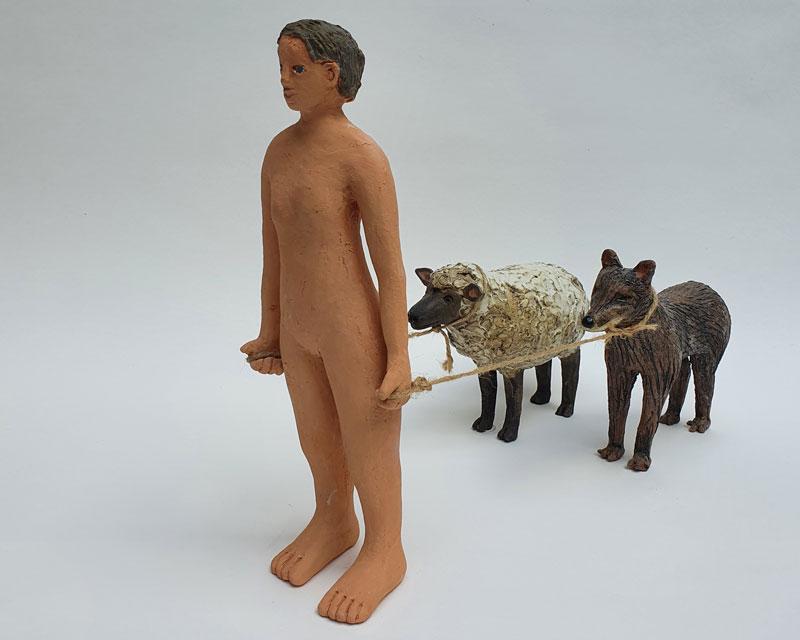 galerie-ahlers-rachel-kohn-gefolge-figur-mit-wolf-und-schaf-2021-steinzeug